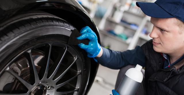 Tout pimpant : Redonnez à vos pneus leur couleur noir de jais